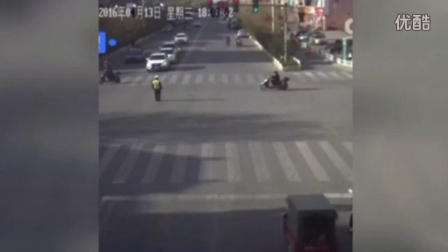 可怕!监拍小孩从三轮车掉落 遭后车卷入车底后爬出