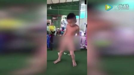 国外小男孩台球桌上跳裸舞 这销魂舞姿也是没谁了