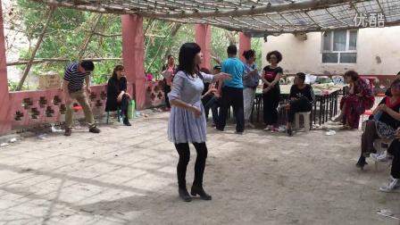 新疆库尔勒市铁门关庆五一,阿兰独舞。保留视频一20160509