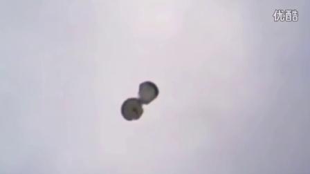 【軍事頻道】-直升机跳伞 两士兵撞到一起险些丧命