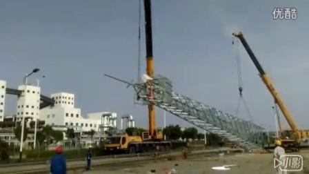 吊车联合作业吊装铁塔