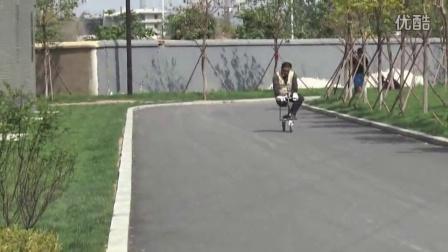 世界首创可以骑行的拐杖