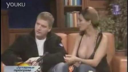 美女新闻直播胸罩脱落
