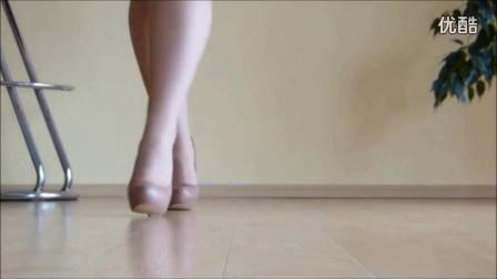 新买的丝袜高跟鞋,美腿丝足给大家展示一下超清