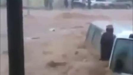人們在橋上觀看山洪爆發 下一秒就悲劇了