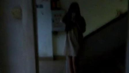 有点像贞子的美女Q友穿着镂空连身睡衣裙在楼梯口自拍