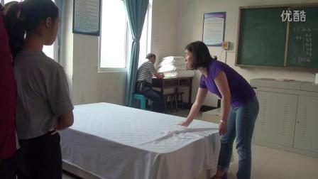 客房中式铺床——甩单、包角