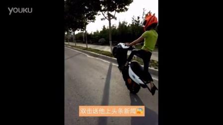 小伙摩托车特技