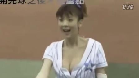 日本棒球赛开球 大胸女PK脱衣女