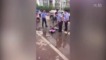 曝四川宜宾城管多人脚踩一摊贩面颈腹 官方称其持刀抗法