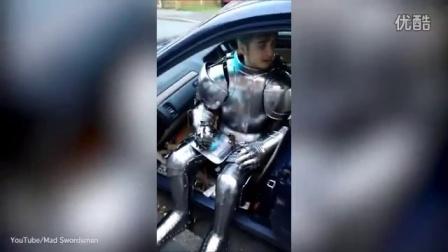 """国外""""钢铁侠"""",吃饭开车都穿一身自制铠甲。daily mail video每日邮报视频"""