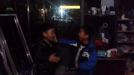 2个傻宝打架