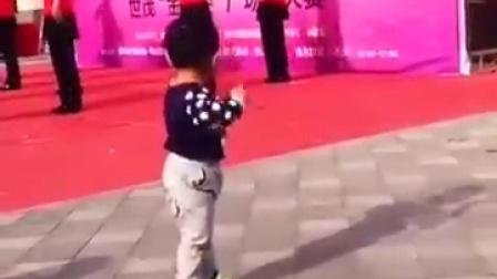【发现最热视频】未来的广场舞之星啊!绝对是被奶奶带大的