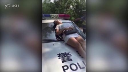 实拍女子阻挠交警爬上车头躺着