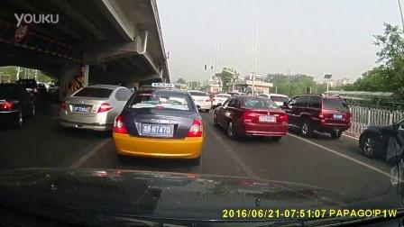 20160621鼓楼桥下,从左转车道违章直行的车辆:京P728K6、京NL0089