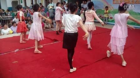 """2016年""""六一""""儿童节上饶市余干县五雷白云小学五年级兔子舞"""