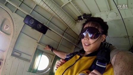 美女跳伞视频 翔大跳伞俱乐部尹美女跳伞视频 回眸一笑百媚生