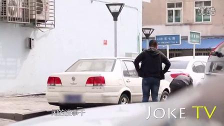 偷车轮恶搞黑丝美女遭壮汉暴打 17_高清