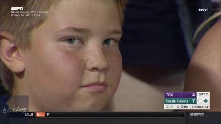 【发现最热视频】棒球比赛中用眼神调戏摄像机的小男孩红遍美国