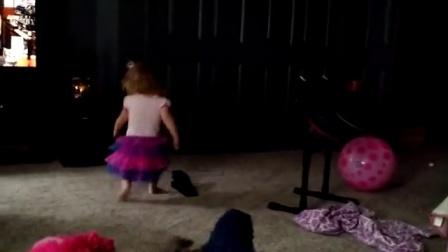 【发现最热视频】不是亲生的!老爸把萝莉训练成汪星人了