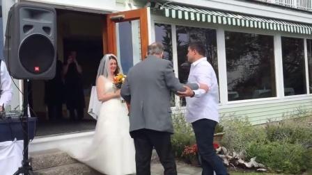 眼睛要进洋葱了,患癌靠轮椅行动的父亲为结婚的女儿站了起来