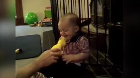 【发现最热视频】熊孩子心好累!被弱智老爸那么逗着