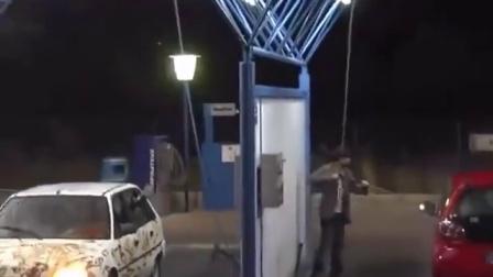 【发现最热视频】大半夜的洗车恶作剧!老外晚上还是不要出门了