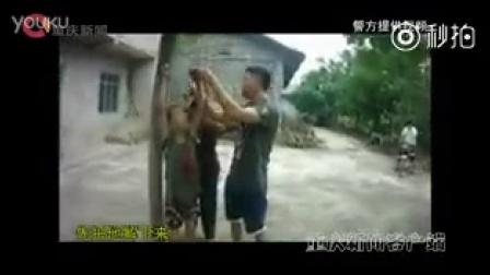 偷葡萄的小男孩被吊起暴打
