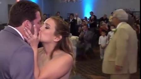 elyes和kat在朋友婚礼上kiss
