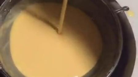 牛梓辰教你制作美味的酸奶蛋糕#美食##模...
