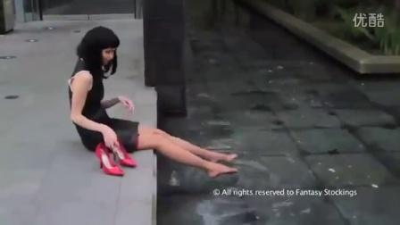 国外美女穿高跟鞋故意踩水脱鞋玩鞋