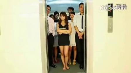 搞笑视频:美女乘电梯