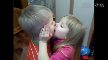 俄罗斯小萝莉亲吻小男孩