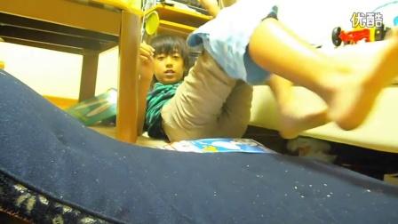 日本正太尝试挑战不用手穿裤子