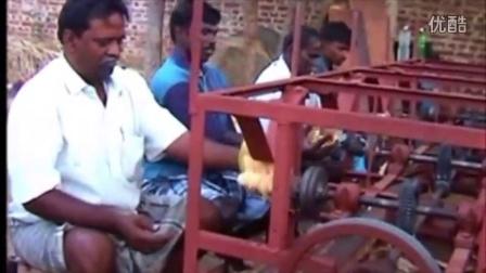 印度发明的椰子去皮机,效率好像不高,这不是三哥的风格呀