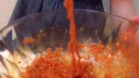 14岁少女挑战火鸡面,两包料,哭着吃完