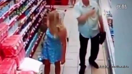 俄罗斯老汉色心大发 超市拿手机偷拍女性裙底被监控拍下