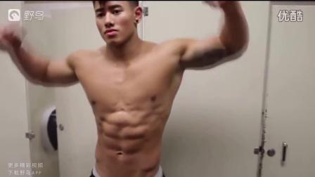 两位亚裔肌肉男大PK