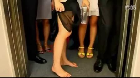 這美女太狂了!電梯超重,竟然把衣服一件一件脫掉!