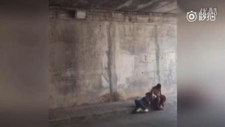暗拍男女隧道花式热吻 女孩躺在怀中任其摆弄