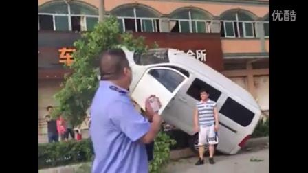 男子将面包车当飞机开的后果第一次见