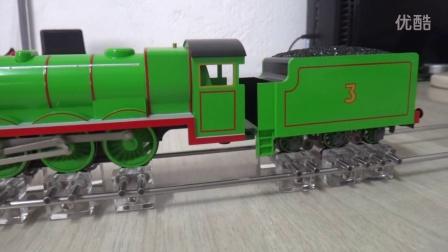 托马斯系列在自制的火车模型跑步机上的运行视频