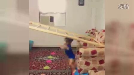 3岁小女孩逆天后空翻!