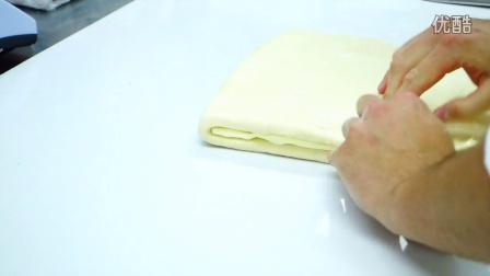 千层酥皮制作中裹入黄油的手法