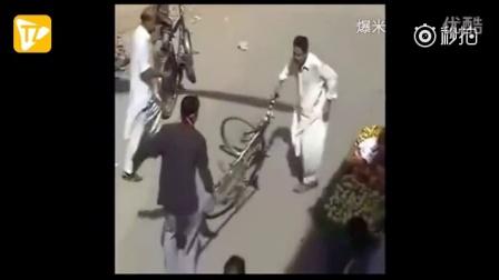 印度阿三又开挂监控拍下战斗民族神一般的打架 搞笑 恶搞 爆笑 印度阿三 开挂