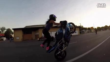 女摩托车手特技,把两个轮子开成独轮车,这女司机也是没有谁了!