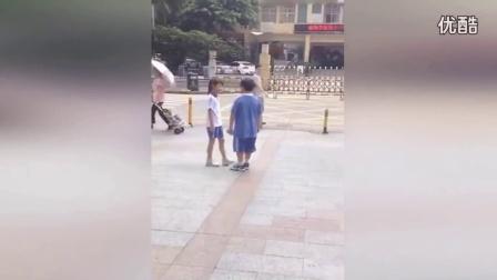 00后小学生当街闹分手