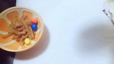 小橙子姐姐的黑暗料理:零食沙拉,辣条巧克力加可乐给鸡哥吃