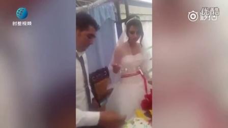 婚礼中,新娘的一个小动作瞬间让新郎翻脸!