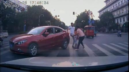 父女人行道被车蹭,反遭一脚一耳光
